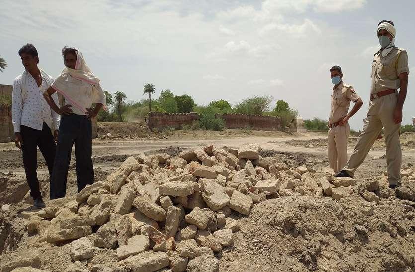 नगर फोर्ट के तालाब की खुदाई में मिले पुरातत्व अवशेष, प्रशासन ने रूकवाया कार्य