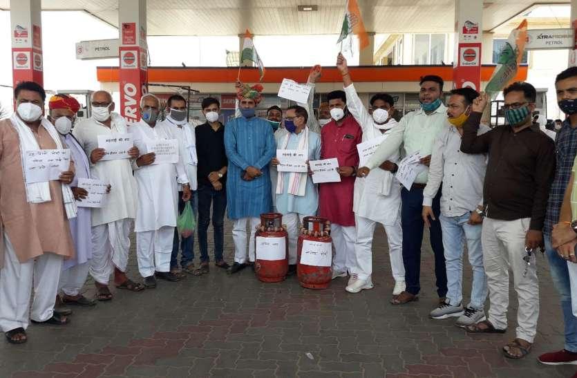 पेट्रोल-डीजल और रसोई के दामों में वृद्धि पर कांग्रेस ने किया विरोध-प्रदर्शन