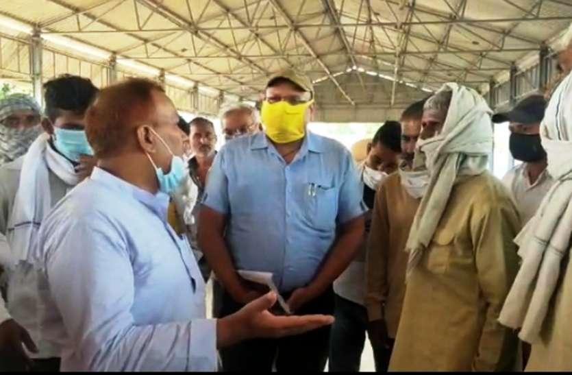 किसानों के गेहूं की खरीद न होने पर पहुंचे भाजपा विधायक ने मंडी सचिव को बताया बेईमान, भ्रष्ट और सपा का गुंडा