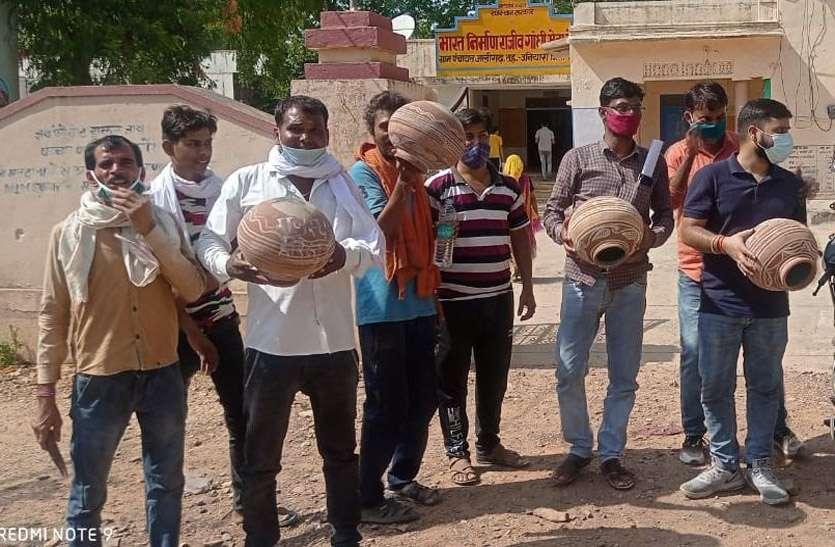 पेयजल संकट : दूसरे दिन भी जारी रहा धरना,  ग्रामीणों ने किया मटका फोड़ प्रदर्शन