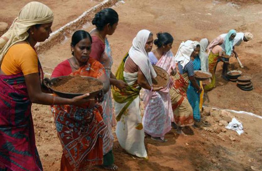 कोरोना की मार: मनरेगा में रोजगार हुआ कम, सरकार ने भी घटाया बजट
