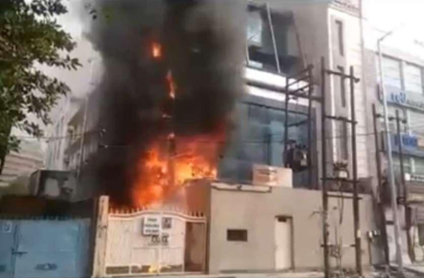 नोएडा के कॉल सेंटर में लगी भीषण आग, आस-पास खड़ी गाड़ियां भी जलीं