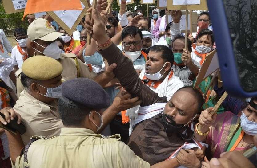 प्रदर्शन ऐसा...भाजपा के पूर्व विधायक व सीओ सिटी के बीच धक्का-मुक्की, हाथापाई की आई नौबत