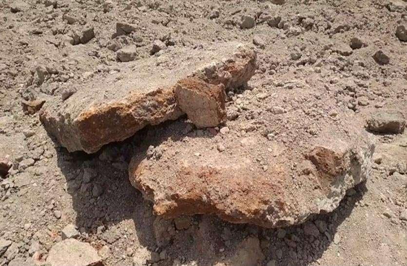 तालाब की खुदाई में मिले पुरातत्व अवशेष