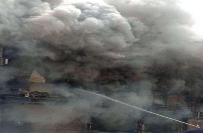 दिल्ली के लाजपत नगर मार्केट में कपड़े के शोरूम में लगी आग, राहत-बचाव काम में जुटीं फायर ब्रिगेड की 30 गाड़ियां