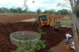 मनमानी: कूप निर्माण के कार्य में लगी जेसीबी