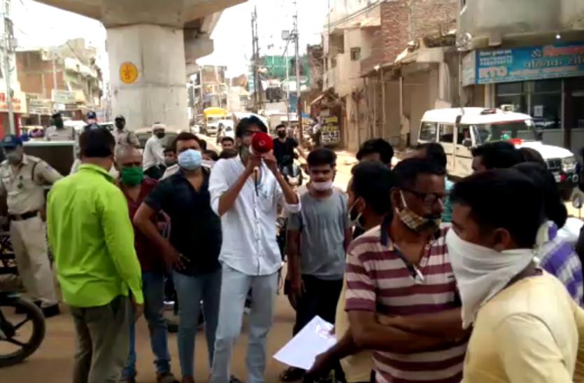 सड़क-नाली की समस्या को लेकर शहरवासियों सड़क रोककर किया प्रदर्शन, जाम में फंसी एंबुलेंस