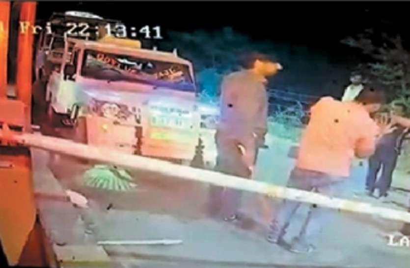 टोल वसूली को लेकर क्रेन चालक की लात-घूंसों से पिटाई