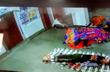चोरी की वायरल तस्वीरें : जिला अस्पताल के CCTV में कैद हुआ चोर, देखें वीडियो