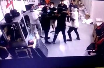 नौकरी से निकाले जाने पर नाराज डिलिवरी बॉय ने ऑफिस में घुसकर मैनेजर को पीटा, हवा में की फायरिंग, इलाके में दहशत