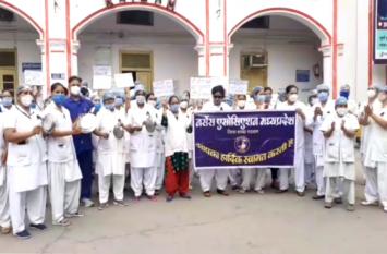 नर्सों के प्रदर्शन का छटा दिन : थाली बजाकर की सरकार के खिलाफ कही ये बात, देखें वीडियो