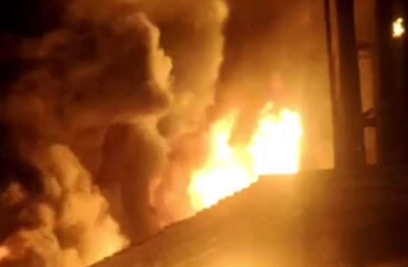 कंपनी में आग, कड़ी मशक्कत के बाद पाया काबू