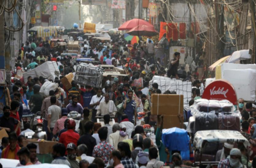 दिल्ली: लॉकडाउन प्रतिबंधों में मिली छूट के बाद लोग बेकाबू, मेट्रो-शॉपिंग मॉल में उमड़ी भीड़