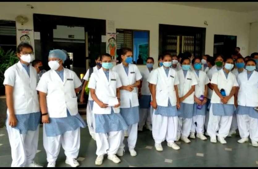 मेडिकल कालेज में अध्ययनरत नर्सिंग छात्राओं को दो साल से नहीं मिला स्टायपेंड, पहुंची कलेक्ट्रेट