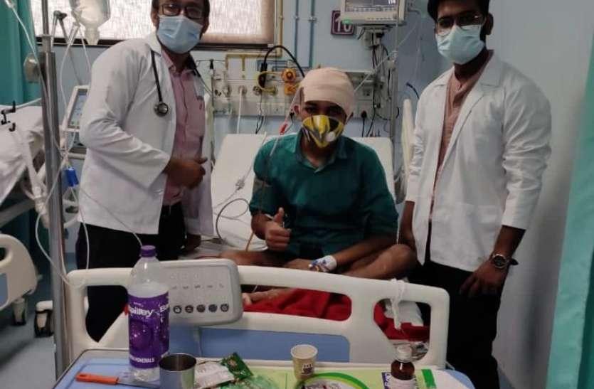 चिकित्सिकों ने ब्रेन ट्यूमर का 11 घंटे आपरेशन कर युवक की बचाई जिंदगी, मुंबई भेजा सैंपल