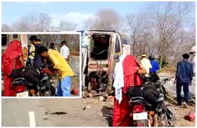 अनियंत्रित होकर पलटा पेट्रोल से भरा टैंकर, जान की परवाह किये बिना पेट्रोल भरकर वाहनों में डालते दिखे लोग