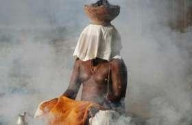 निमाड़ की भीषण गर्मी में कठोर तप, कंडों को आग लगाकर बैठे संत, रमा रहे धुनी
