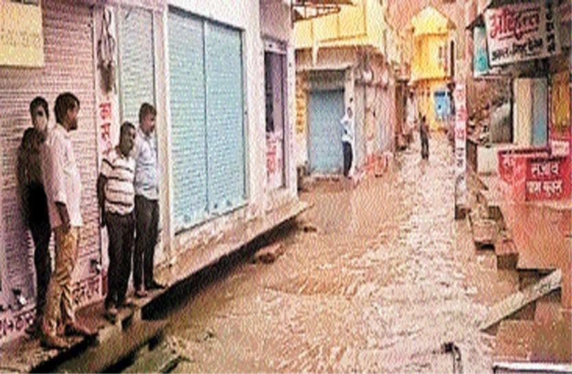 झूमकर बरसे मेघ, सड़कों पर बहा पानी