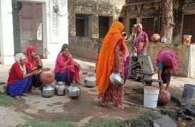 पेयजल संकट- गांवों में गहराया पेयजल संकट, कम दबाव से आ रहा है नलों में पानी