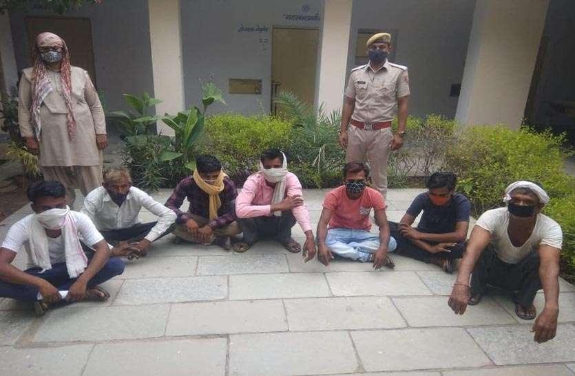 पेड़ और केबिन की आड़ में खेल रहे थे, पुलिस ने किया 7 को गिरफ्तार