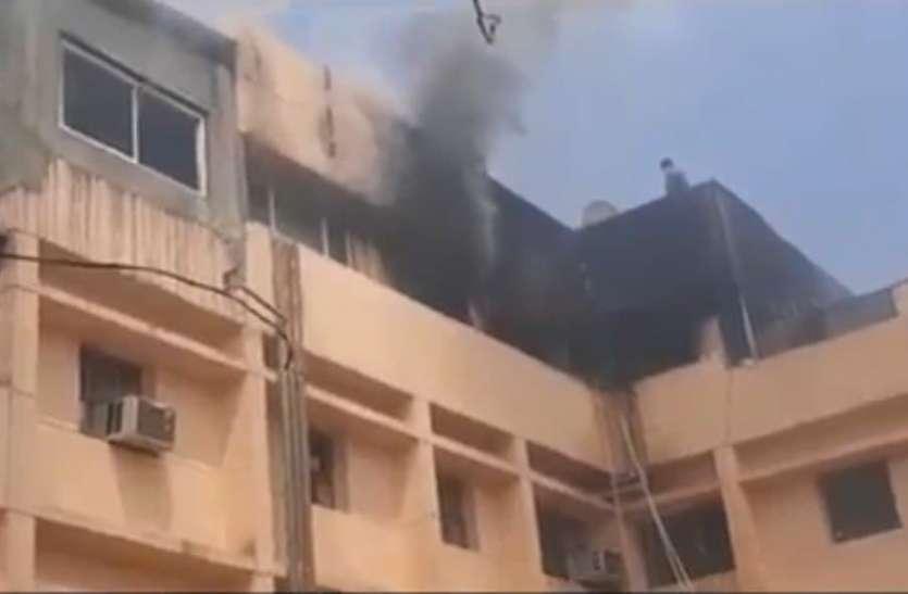 नाेएडा: एनएमआरसी के ऑफिस में लगी भीषण आग