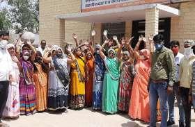 महिलाओं ने फोडी मटकियां, जलदाय कार्यालय व तहसील में किया विरोध प्रदर्शन