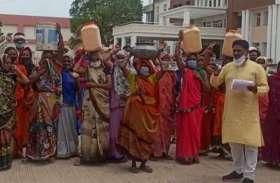 नारायणपुरा के रहवासियों ने कलेक्टोरेट में ऐसा क्या किया कि देखकर अफसर भी रह गए दंग