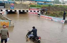 पानी में कार, चालक का हुआ यह हाल