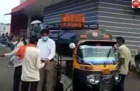 VIDEO : अनौखे अंदाज में दिखे राज्यसभा सांसद सुुमेरसिंह सोलंकी, ऑटो रिक्शा चलाकर जरुरतमंदों को बांटा भोजन