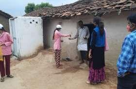 बुंदेली परंपरा के सहारे लोगों को टीकाकरण के लिए कर रहे प्रेरित, बांटे जा रहे घर-घर पीले चावल