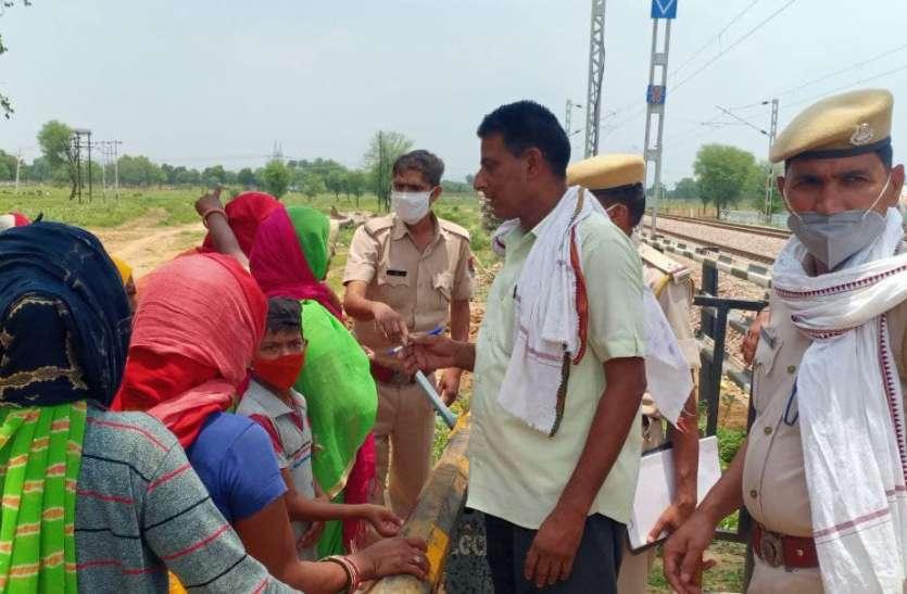 धौलीगुमटी रेलवे ट्रैक पर रेल रोको आंदोलन की चेतावनी देकर किया प्रदर्शन