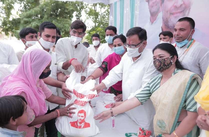 युवा कांग्रेस ने लगाए रक्तदान शिविर, बांटे राशन किट