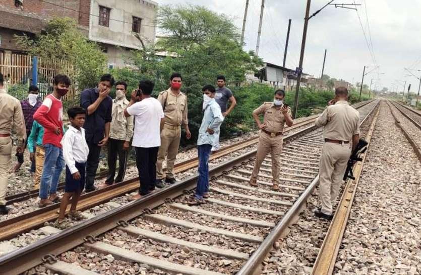 सेल्फी ले रहे दो युवकों की ट्रेन की चपेट में आने से मौत