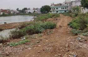 शहर के भुजरिया तालाब का अस्तित्व खतरे में