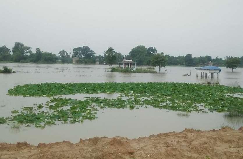 लगातार बारिश से जलमग्न गांव, सैकड़ों लोग हुए बेघर