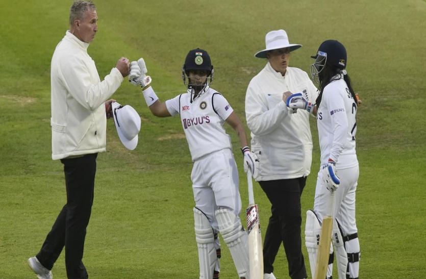 हारते हुए मैच को ड्रॉ कराने के लिए पूर्व क्रिकेटरों ने दी भारतीय महिला टीम को बधाई