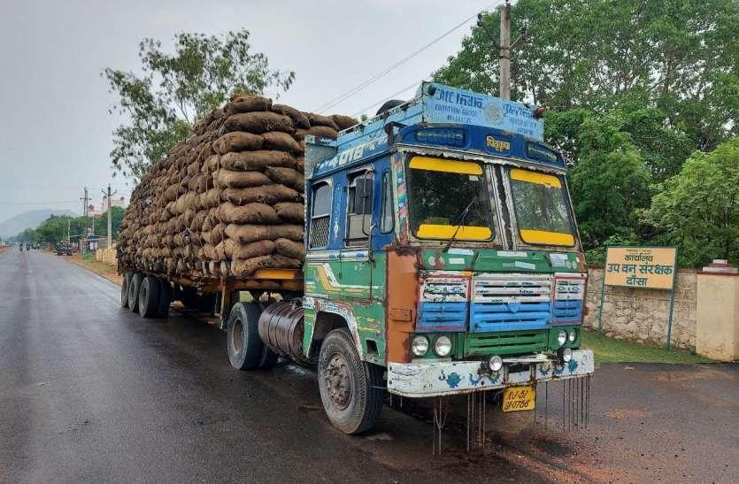 वन विभाग ने पकड़ा एक हजार बोरी कोयले से भरा ट्रेलर