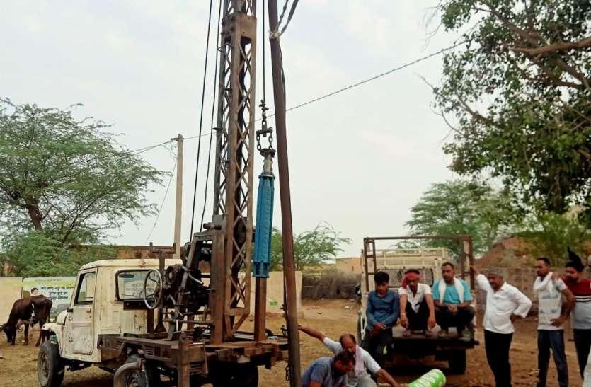 गांवों में चल रहा ट्यूबवैल दुरुस्त करने का कार्य
