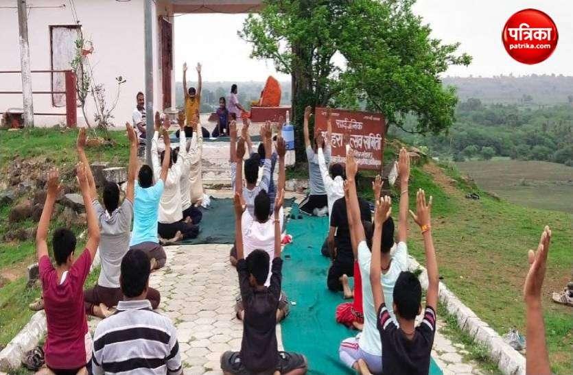अंतरराष्ट्रीय योग दिवस 2021: शिक्षक ने पहाड़ी से घर-घर पहुंचा दिया योग