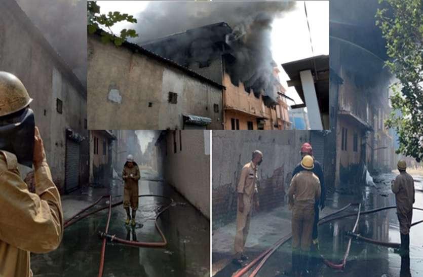 दिल्ली में जूता फैक्ट्री में लगी भीषण आग: 24 फायर ब्रिगेड गाड़ियां मौके पर पहुंची, अंदर फंसे हैं 6 मजदूर
