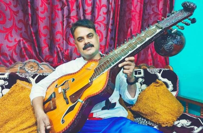 म्यूजिक थेरेपी से तनाव दूर कर रहे हैं मोहन मीणा वादक