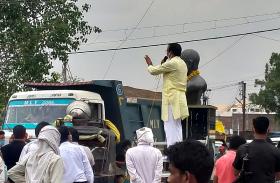 लोगों को वैक्सीनेशन के लिये प्रेरित कर रहे थे PHE राज्यमंत्री, सामने से निकलते रहे अवैध रेत से भरे ट्रक, देखें वीडियो