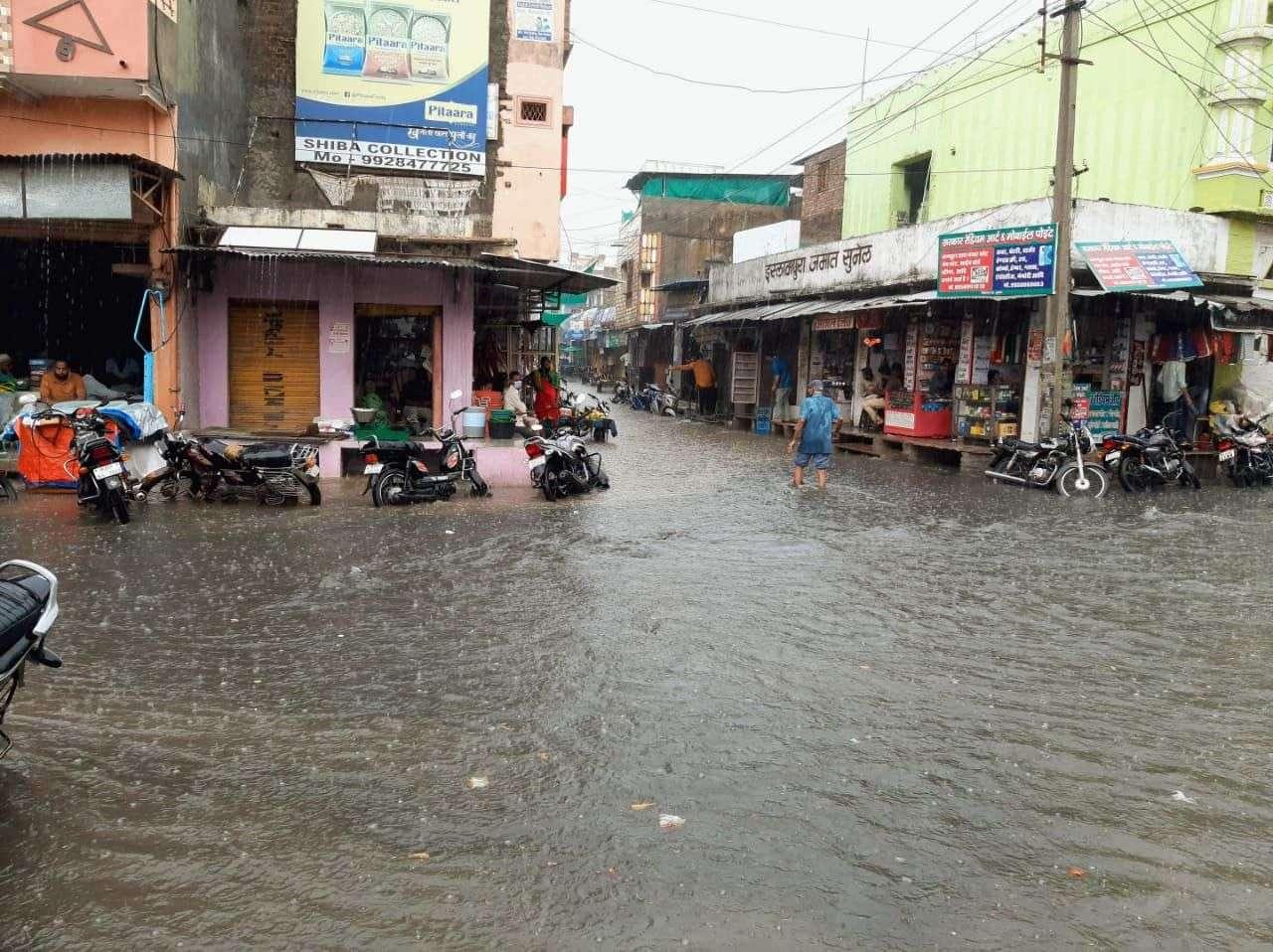सुनेल क्षेत्र में मूसलाधार बारिश से सड़कें दरिया बन गई।
