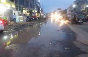बारिश के बाद सड़क पर हो रही कीचड़, वाहन चालकों का निकलना हुआ मुश्किल