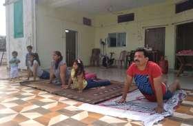 विश्व योग दिवस: घरों में बच्चों के साथ युवाओं व बुजुर्गो ने किया योगाभ्यास, स्वस्थ्य जीवन का लिया संकल्प