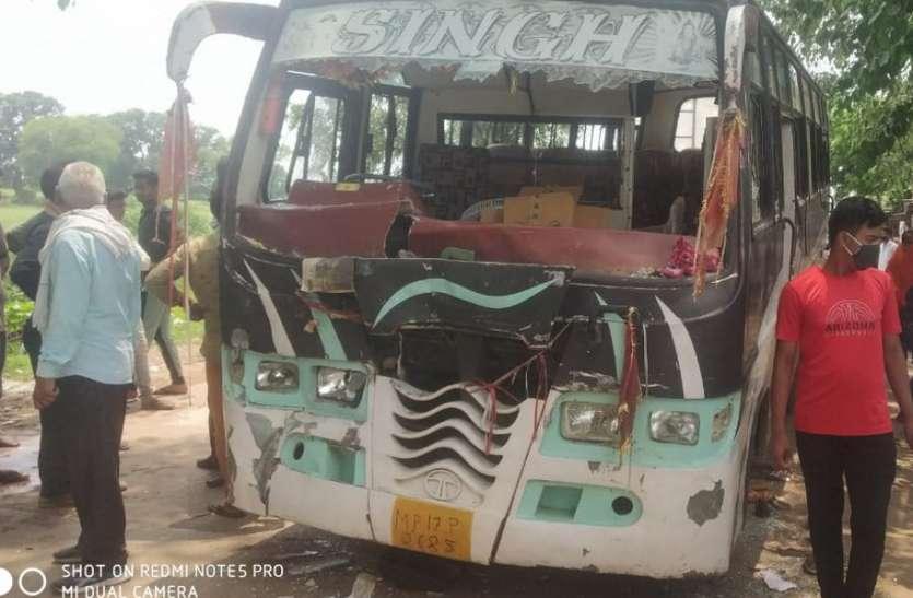 बारातियों से भरी बस ने ट्रैक्टर की मारी टक्कर, बच्ची की मौत पर भड़के परिजनों ने तोडफ़ोड़ कर लगाया जाम
