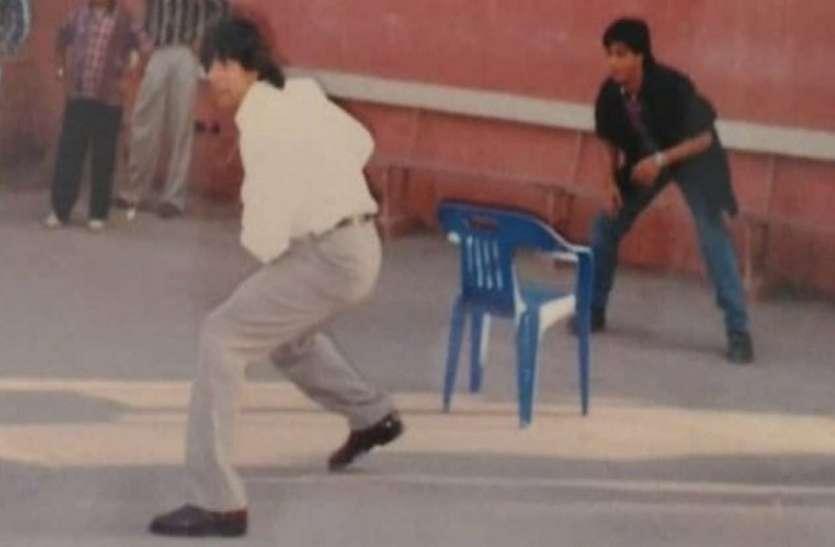 शाहरुख खान और अक्षय कुमार की सालों पुरानी तस्वीर आई सामने, क्रिकेट खेलते आए नजर