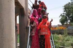 पानी की समस्या को लेकर महिलाएं चढ़ी टंकी पर