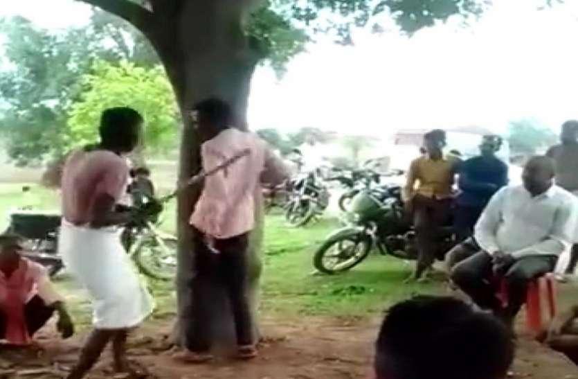 नक्सलियों की तरह जन अदालत लगाता था ये शख्स, 8 लोगों को पेड़ से बांधकर बर्बर पिटाई की वीडियो वायरल