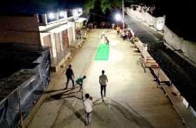 तंग गली में नाइट क्रिकेट, दर्शकों से अटी छतें